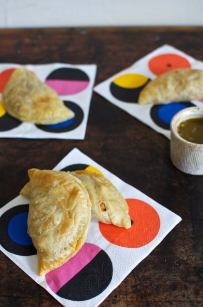 Easy Chicken Empanadas With Garlic Mojo Sauce from Hola Jalapeño // www.dulanotes.com @nicoeldula