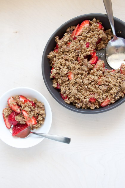 Vegan Raw Strawberry Crumble Recipe // www.dulanotes.com @nicoledula